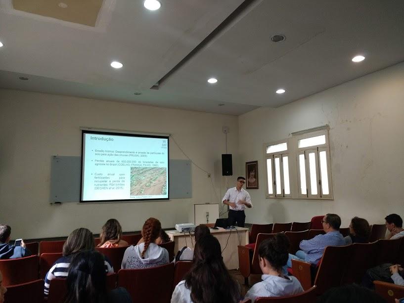 O aluno João Pedro apresenta seus resultados parciais em projeto usando modelagem de erosão e dados de VANT.