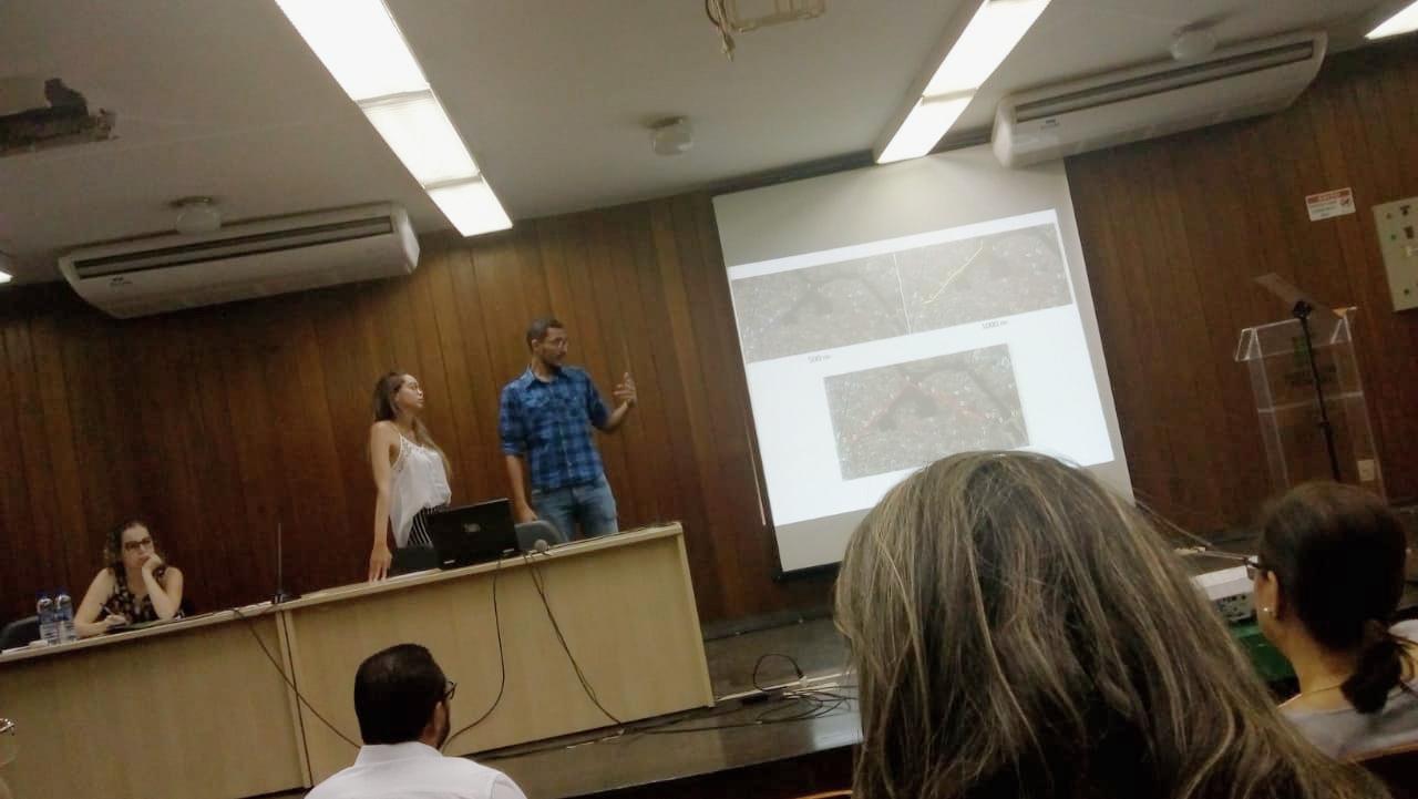 Os alunos Valterci Jr e Nathália apresentam trabalho de IC.