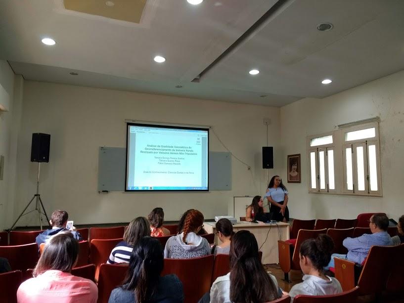 As alunas Tâmara Soares e Tainara Gomes apresentam trabalho sobre uso de VANT no georreferenciamento de imóveis rurais.
