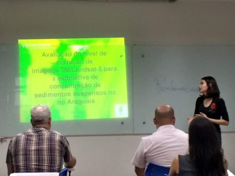 A aluna Ana Maria em apresentação oral do seu PIBIC