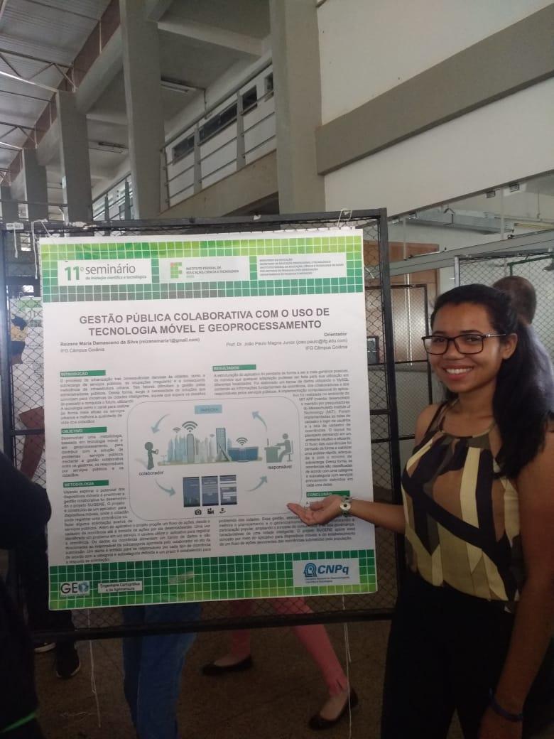Aluna Reizane apresentando seu poster.