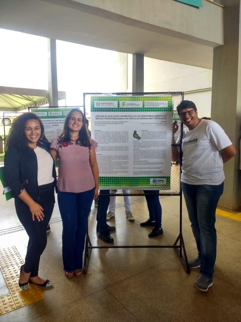 As alunas Tainara e Tâmara acompanhadas do Prof. Fábio na apresentação do poster.