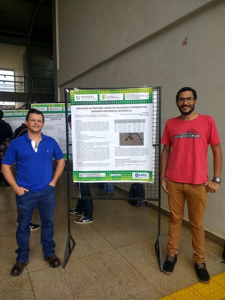 Aluno Valterci Júnior acompanhado do Prof. Halan na apresentação do poster