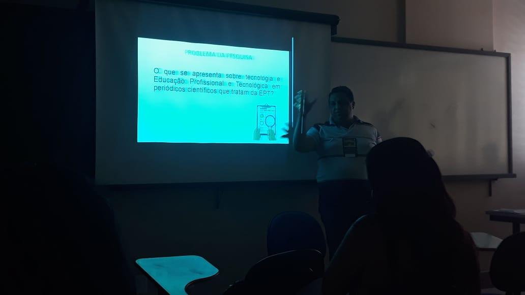 Mestrando Adriam - IFG, durante apresentação sobre o V EHECO.